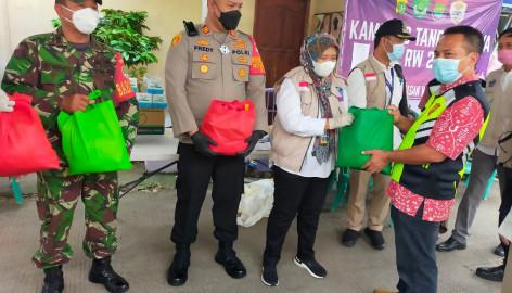 Peduli Dengan Warga Yang Terpapar Virus COVID-19, Pemkab Tangerang Berikan Paket Sembako Di RW 28 Dasana Indah