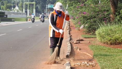 Walau Pandemi COVID-19, Petugas Kebersihan Kabupaten Tangerang Tetap Bertugas Demi Lingkungan yang Bersih