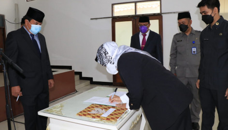 Sekda Lantik Komisaris Bpr Kerta Raharja Gemilang Dan Dirop Pt. Lkm